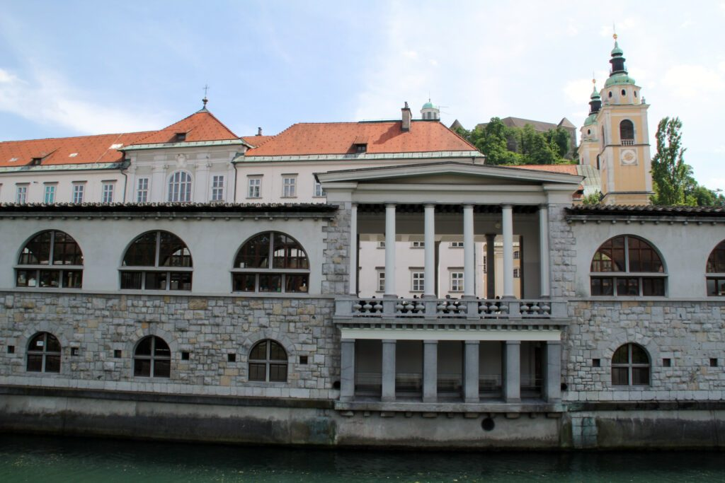Lubiana, Colonnato di Plecnik visto dall'altra parte del fiume