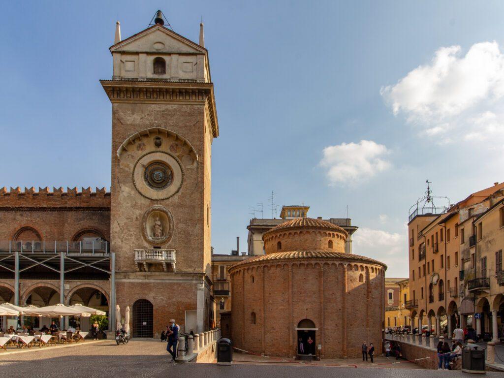 Mantova, Piazza delle Erbe, Torre dell'Orologio e Rotonda di San Lorenzo